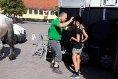 Tim Holtzen-Larsen hjælper børnene med at få ridehjelme på